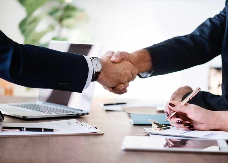 Dos personas dándose la mano, para simbolizar el acuerdo en un proceso de coaching ejecutivo.