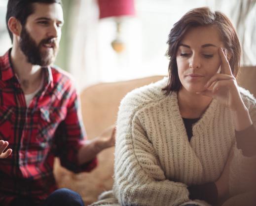 Pareja discutiendo porque tienen un conflicto. El habla y ella ni el mira y ni le escucha.