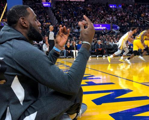 Lebrom Yames meditando durante un partido de baloncesto