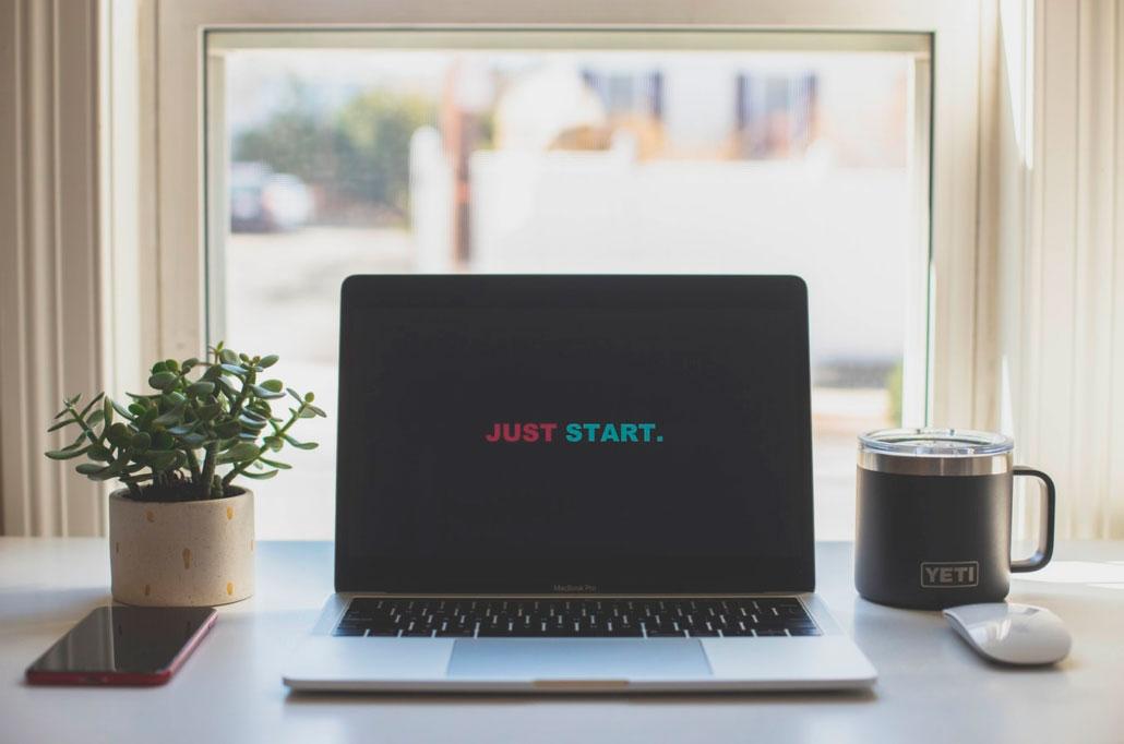 Ordenador portátil preparado para una sesión online de coach personal.