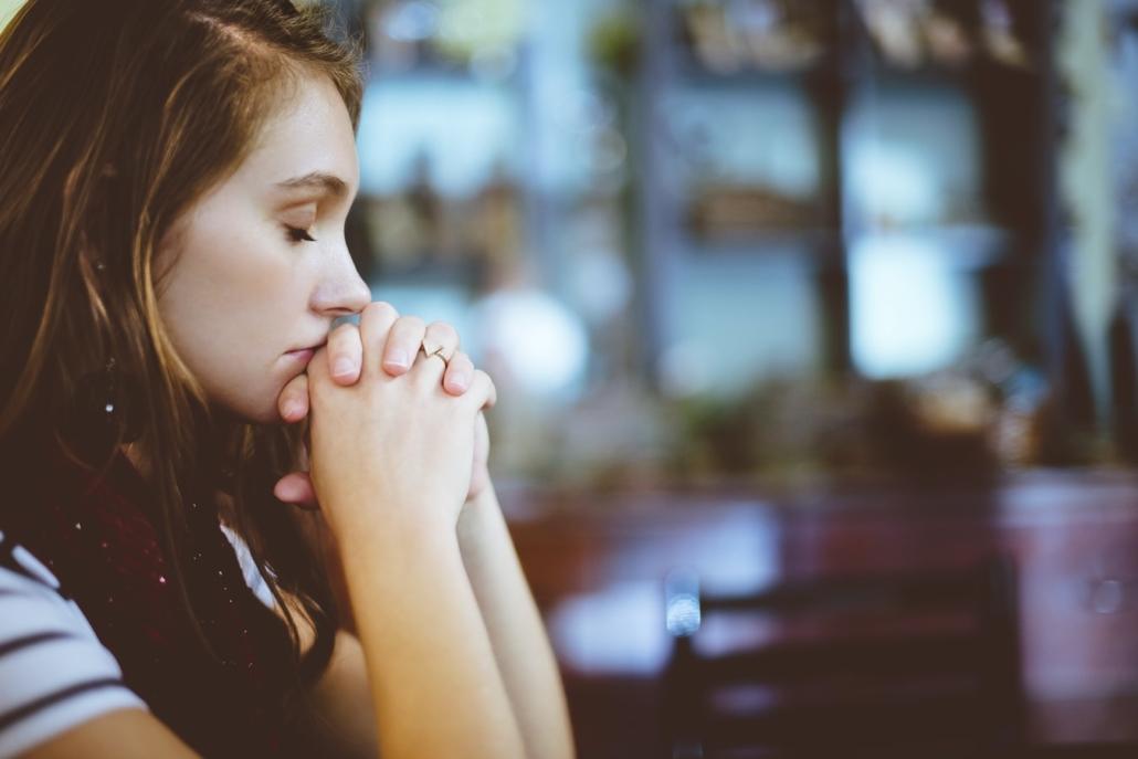 Chica con los ojos cerrados con aire pensativo y meditativo. Mindfulness y depresión.