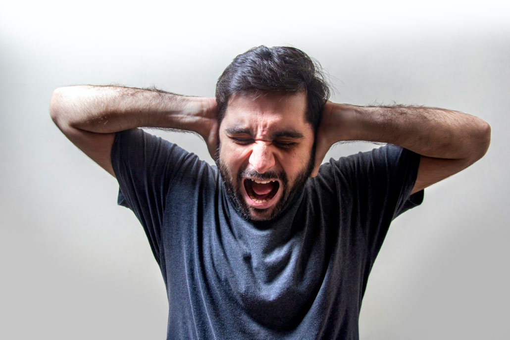 Hombre gritando enfadado. Expresión de enfado.