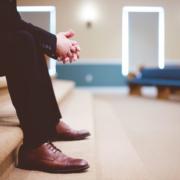 Hombre de traje sentado esperando con paciencia.