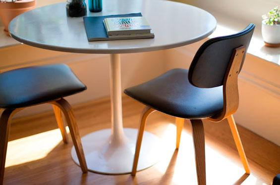 Mesas y sillas preparadas para un coach personal.